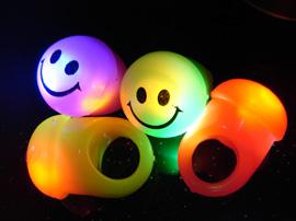 Köpa blinkande ringar till barnkalaset eller discokalaset